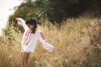 צילום מתוך בוק הבת מצווש של נועם המהממת. נועם בחרה לצלם את הבוק שלה בטבע, צילומי בוק בת מצווה בטבע. את עיצוב השיער עשתה הודיה עקרב המוכשרת