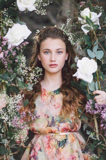 צילום מתוך הפקת הבת מצווה של תמר מירסקי. צילום קסום ביער בשילוב סטיילינג עם פרחים