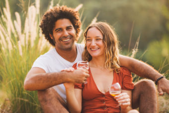 בוק זוגיות למורן ודונה עם יין בשקיעה
