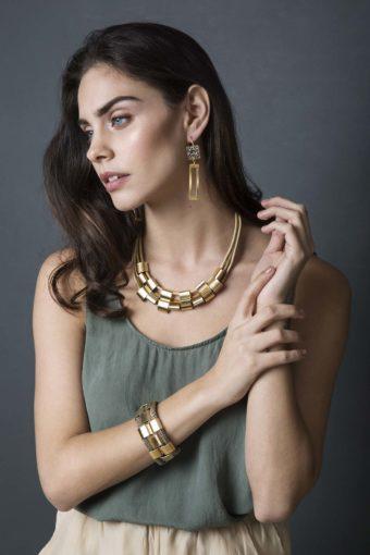 צילום אופנה בסטודיו מתוך הפקת תכשיטים למעצבת ניב עם הדוגמנית יובל גונן