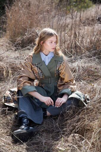 צילום אופנה עם מעיל משובץ של ברברי